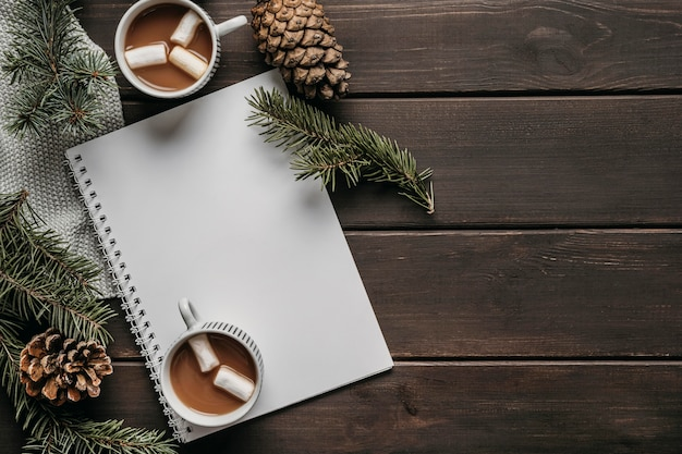 Чашки горячего шоколада, вид сверху, пустой блокнот и место для копирования