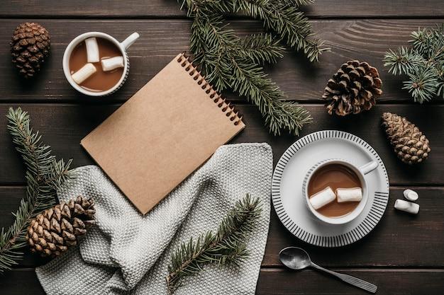 Cioccolata calda vista dall'alto con agenda vuota