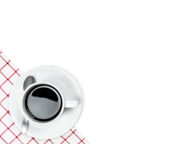 コピースペース、白い背景を持つトップビューホットコーヒー