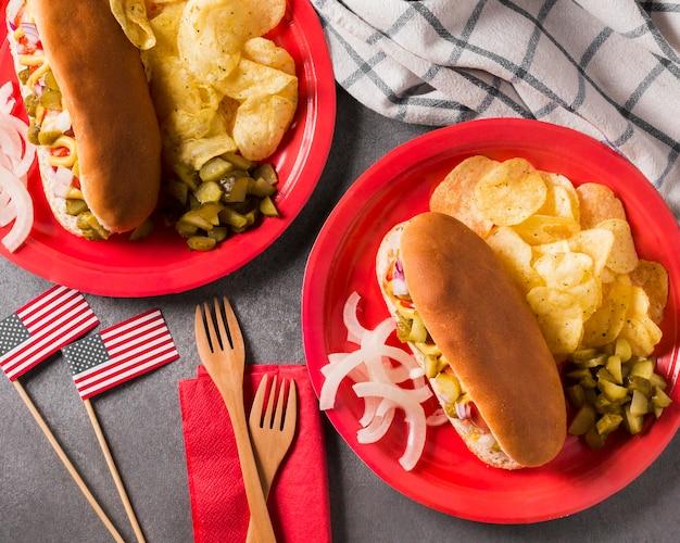 Вид сверху хот-доги и чипсы на тарелке