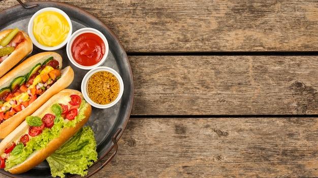 Vista dall'alto hot dog con salsa e copia-spazio