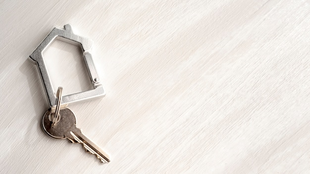 Вид сверху ключи от дома на фоне копии пространства