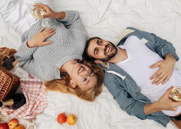 一緒にピクニックをしている上面図の夫と妻
