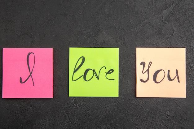 상위 뷰 어두운 배경에 스티커 메모에 쓴 당신을 사랑합니다