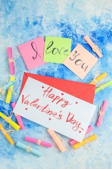 상단 보기 스티커 메모 스크롤에 쓴 당신을 사랑합니다 파란색 배경에 편지에 쓰여진 해피 발렌타인 데이 소원 서류