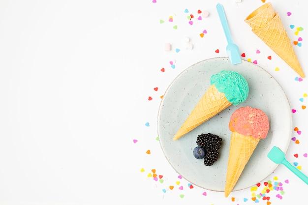 皿の上のトップビューアイスクリーム