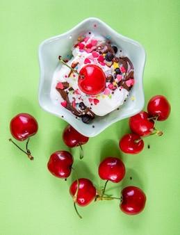 チョコレートとチェリーの薄緑色のトップビューアイスクリーム