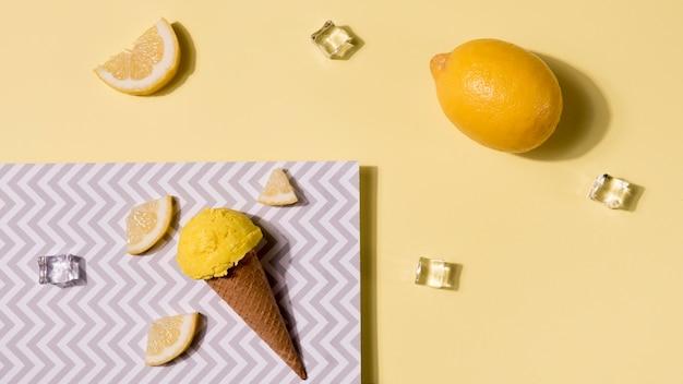 Вид сверху мороженое с лимоном