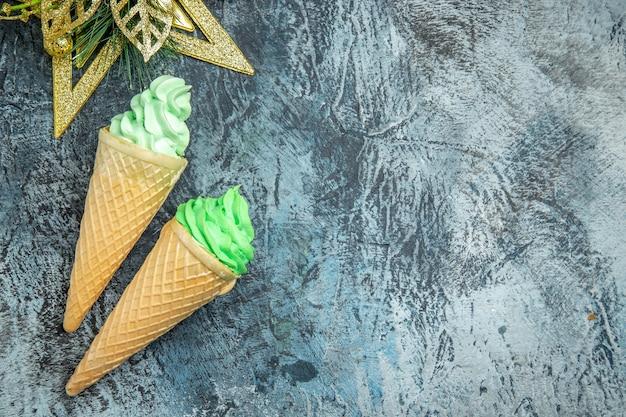 灰色の背景にトップビューのアイスクリームクリスマス飾り
