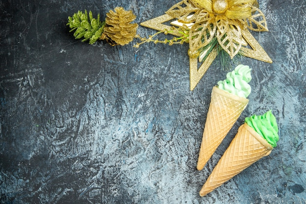 회색 배경에 상위 뷰 아이스크림 크리스마스 장식품