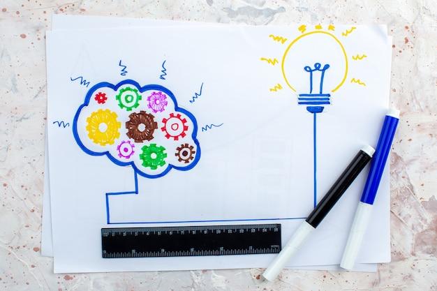 Вид сверху идея лампочка и мозговой штурм концепция рисунок на бумаге черный и синий маркеры линейка на столе