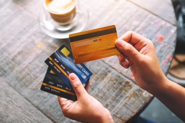 クレジットカードを保持し、表示している女性の上面画像