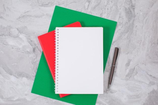 Изображение вида сверху открытой записной книжки с пустыми страницами. бизнес, канцелярские товары или образовательная концепция