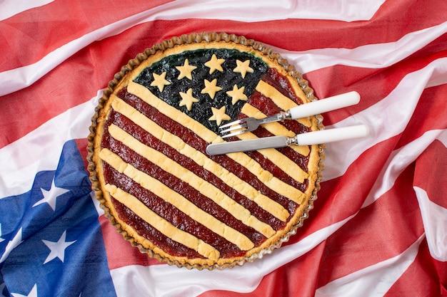 Torta di festa dell'indipendenza vista dall'alto sulla bandiera degli stati uniti