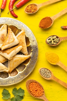 Disposizione di condimenti indiani vista dall'alto