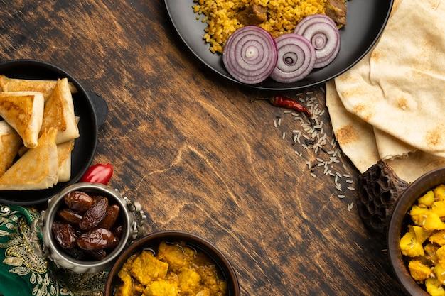 コピースペースのある上面図のインド料理フレーム
