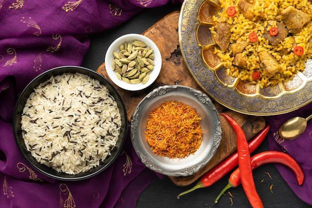 上面図インドのサリーと食べ物