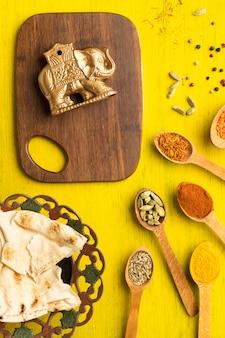 상위 뷰 인도 향신료와 작은 코끼리