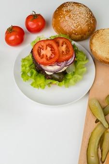 Ingredienti vista dall'alto per gustosi hamburger