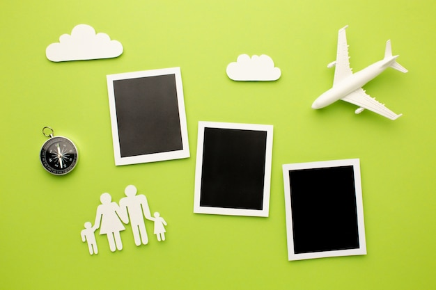 Вид сверху мгновенных фотографий с семейными формами