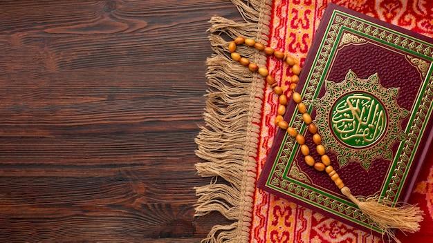 Вид сверху исламский новый год с книгой корана