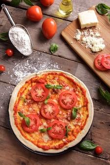 Вид сверху итальянская домашняя пицца с ингредиентами
