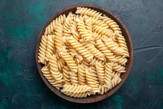 Vista dall'alto pasta italiana deliziosa guardando all'interno pentola marrone su superficie blu scuro pasta italiana cibo pasto cena cucina cucina pasta