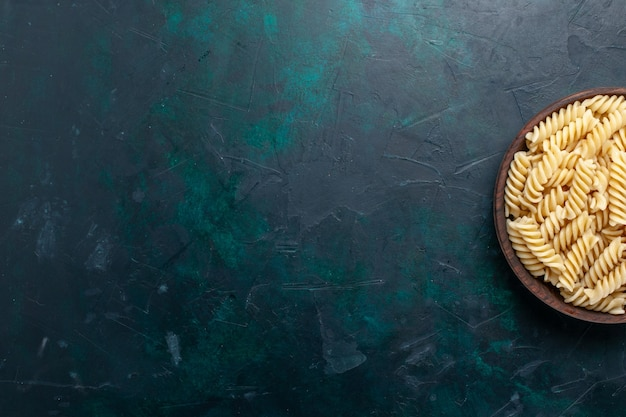 上面図イタリアンパスタ紺色の背景に茶色の鍋の中を見ておいしいイタリアンパスタ食品食事夕食調理生地
