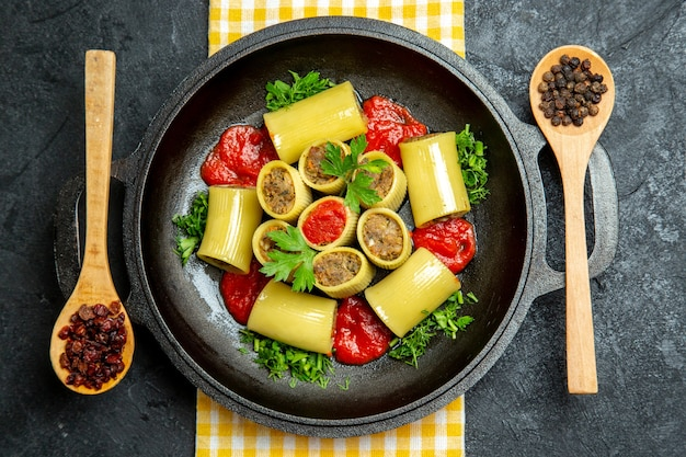 회색 공간에 고기 쇠고기와 상위 뷰 이탈리아 파스타