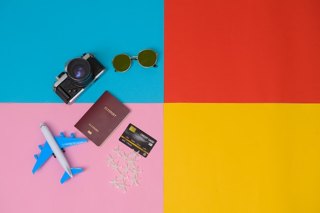 Вид сверху на предметы и аксессуары для путешественников с паспортом, фотоаппаратом, солнцезащитными очками, туристическими принадлежностями. планирование концепции поездки в отпуск.