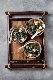 Vista dall'alto cibo giapponese nella disposizione delle ciotole