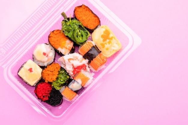 투명 플라스틱 식품 상자에있는 상위 뷰 일본 음식 (스시)