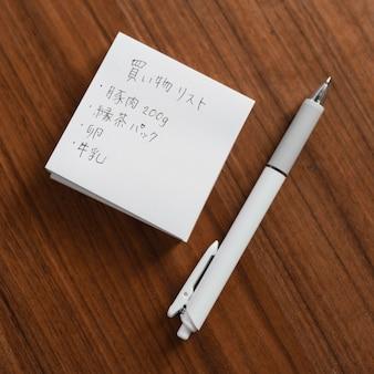 Scrittura giapponese vista dall'alto su una nota adesiva