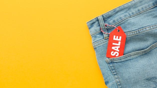 Jeans vista dall'alto con etichetta di vendita e spazio di copia
