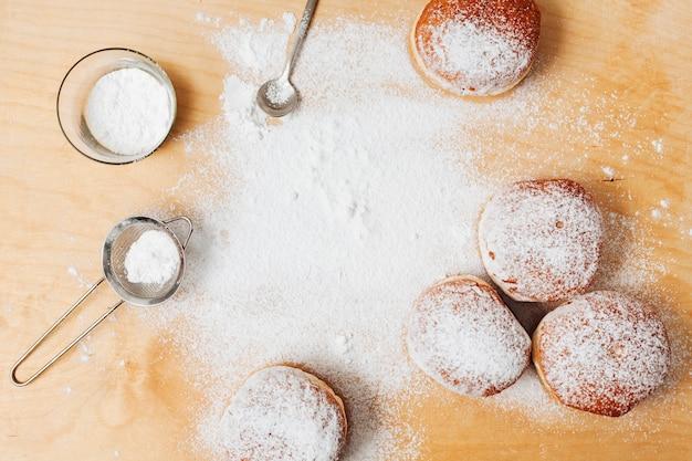Вид сверху еврейские сладости на столе