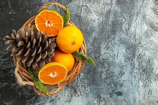 Vista dall'alto di succosi mandarini freschi all'interno del cestello su superficie grigio chiaro