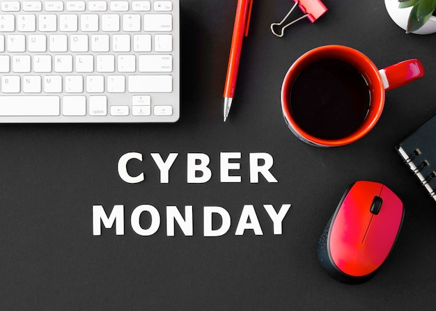 Vista dall'alto della tastiera con caffè e mouse per cyber lunedì