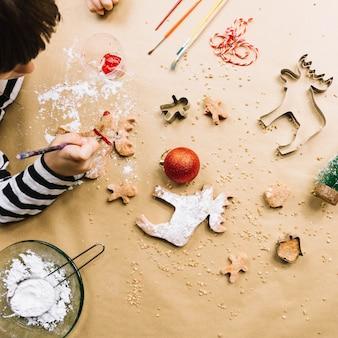 Vista dall'alto del bambino facendo biscotti di natale