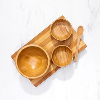 Utensili da cucina vista dall'alto sulla tavola di legno