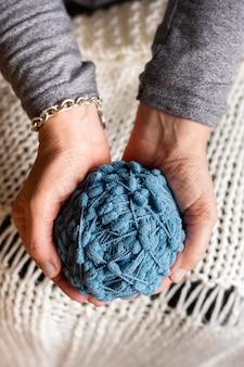 Вид сверху вязание шерсти