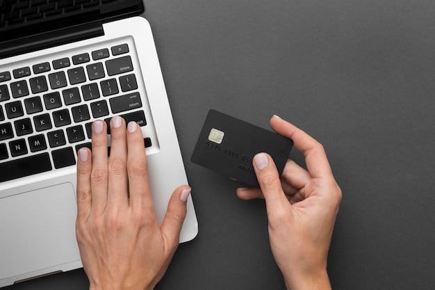 トップビューラップトップと黒のショッピングカード
