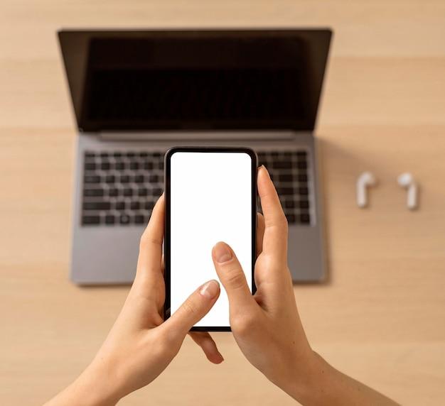 トップビューのラップトップと携帯電話