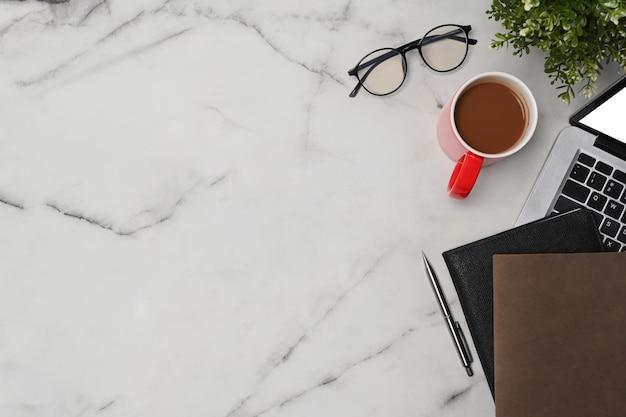 대리석 탁자 위에 있는 탑 뷰 노트북 컴퓨터, 노트북, 커피 컵, 안경.