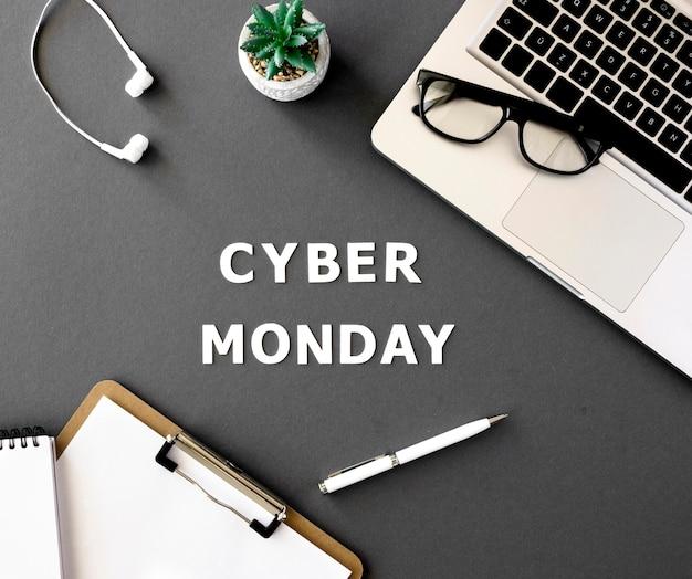 Vista dall'alto del laptop con blocco note e pianta per cyber lunedì