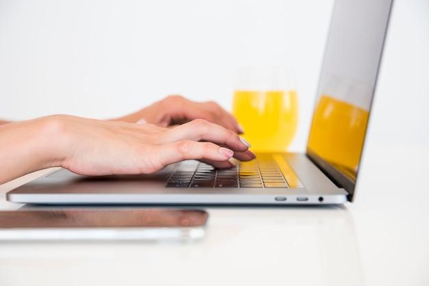 Вид сверху ноутбук с апельсиновым соком