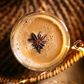 Вид сверху кофе латте с звездчатым анисом