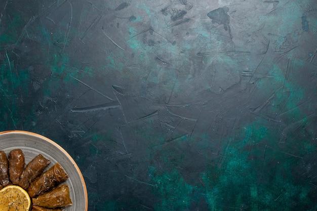 상위 뷰 잎 돌마 맛있는 동부 고기 식사 진한 파란색 책상에 녹색 잎 안에 굴러 고기 식사 음식 저녁 야채 건강 칼로리
