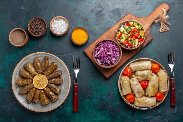 상위 뷰 잎 돌마 동부 고기 식사 파란색 바닥 고기 저녁 식사 접시 동쪽 식사에 썰어 야채와 함께 녹색 잎 안에 압연