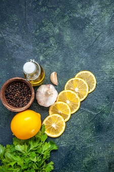 Vista dall'alto fette di limone olio verde bottiglia sul tavolo della cucina
