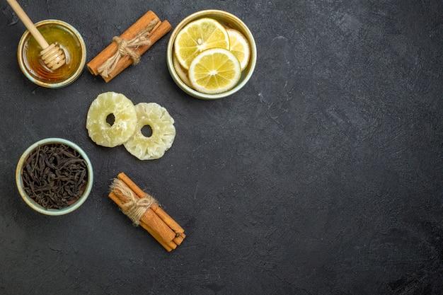 어두운 테이블에 꿀을 넣은 상위 뷰 레몬 조각